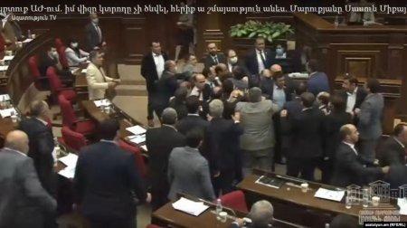 Ermənistan parlamentindəəlbəyaxa dava - Deputatlar bir-birini baş kəsməklə hədələyib